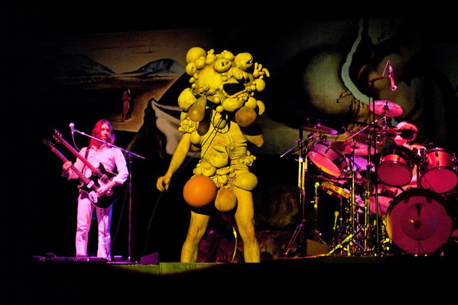 Genesis-The_lamb_lies_down_on_Broadway-3